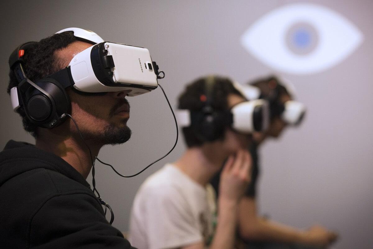 Players use Oculus virtual reality headsets