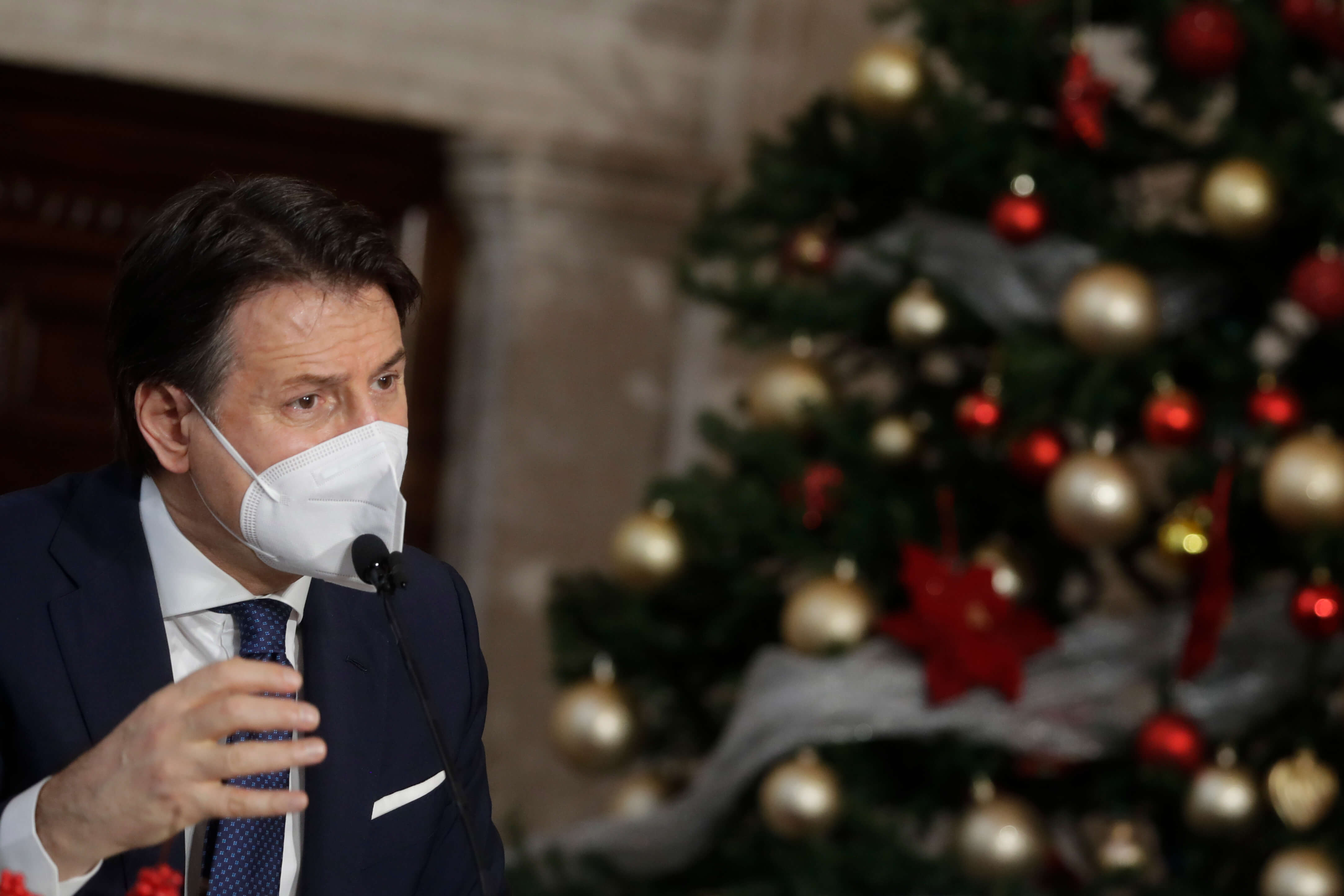 Italy extends virus curbs, delays high school start